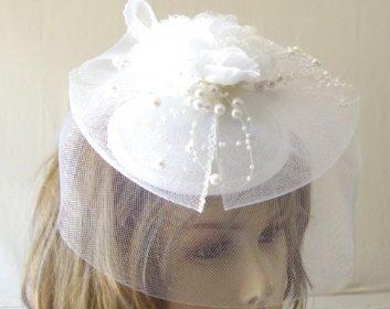 Chapeau de femme à voilette blanc à 25 euros…